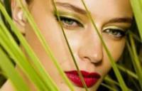 девушка с макияжем зеленых глаз