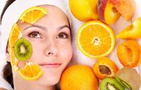 девушка сделала маски с фруктами для лица
