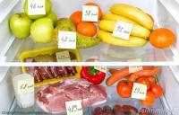 продукты в холодильнике с табличками об их калорийности