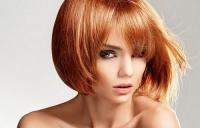 девушка со средними рыжими волосами