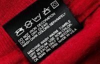 бирка на одежде со значками и другой информацией